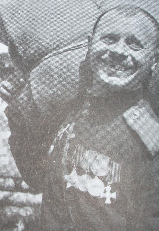 Sovjetisk soldat dekorerad med Röda stjärnas orden (på högra sidan av bröstet), Ärans orden, två medaljer för tapperhet och Georgskorset.